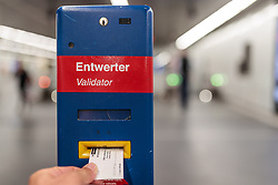 THEMENBILD - ein Mann entwertet seine Fahrkarte an einem Entwerter der Wiener Linien, aufgenommen am 03. Juli 2017, Wien, Österreich // A man devalues his ticket of the ´Wiener Linien, Vienna, Austria on 2017/07/03. EXPA Pictures © 2017, PhotoCredit: EXPA/ JFK