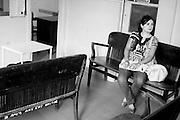 &copy;Javier Calvelo/ URUGUAY/ MONTEVIDEO/ Centros sociales barriales/ Pesquisa externa del Hospital de Ojos Saint Bois/ Fotorreportaje./ Pesquisa externa: El Hospital de Ojos ubicado en el Saint Bois est&aacute; trabajando con una nueva modalidad impulsada por el convenio con el Banco de Previsi&oacute;n Social (BPS): la pesquisa o trabajo extra hospitalaria, que consiste en buscar al paciente fuera de los muros del centro.<br /> Todos los jubilados y pensionistas que ganan menos de 17.000 pesos pueden ir a las pesquisas que se realizan en diferentes d&iacute;as y horarios, en diversos puntos de la capital y el interior del pa&iacute;s. &quot;A cada lugar donde se realizan va un m&eacute;dico cl&iacute;nico y un oftalm&oacute;logo para evaluar al paciente&quot;, explic&oacute; el director. Luego, si van al hospital con los estudios b&aacute;sicos correspondientes y una evaluaci&oacute;n positiva del cardi&oacute;logo, podr&aacute;n operarse ese mismo d&iacute;a.<br /> Este dia acompa&ntilde;e a los doctores a dos centros: el primero  el instituto Jos&eacute; de Paiva Netto, en el barrio Aires Puros, Avenida Batlle y Ord&oacute;&ntilde;ez 4820. Y el segundo a el Centro de Salud de ASSE dr. Giordano. Av San Martin 3797 entre Rep Chipre y Garc&iacute;a de Zu&ntilde;iga. <br /> En la foto: Marel Garcia, doctora cubana, descanza luego de atender a mas de 50 pacientes.<br /> 2008-12-08 dia lunes<br /> foto: Javier Calvelo.