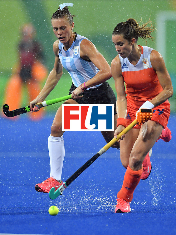 Argentina's Agustina Habif (L) vies with Netherland's Ellen Hoog during the women's quarterfinal field hockey Netherlands vs Argentina match of the Rio 2016 Olympics Games at the Olympic Hockey Centre in Rio de Janeiro on August 15, 2016. / AFP / Carl DE SOUZA        (Photo credit should read CARL DE SOUZA/AFP/Getty Images)