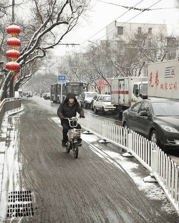 On Dongsi road, after a snowfall that local authorities say they have artificially provoked with silver iode seedings to fight the exceptional drought in northern China. Feb. 13 2011.