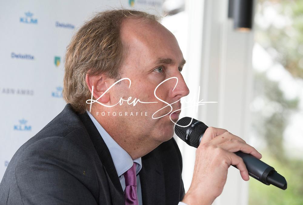 ZANDVOORT -  Toernooidirecteur Daan Slooter aan het woord. Enkele uren nadat de inschrijving voor het KLM Open , 11 tot en met 14 september., officieel sloot vond op de Kennemer G&CC een persconferentie plaats.<br /> 'Op papier is het veld sterker dan vorig jaar', aldus Daan Slooter, COPYRIGHT KOEN SUYK