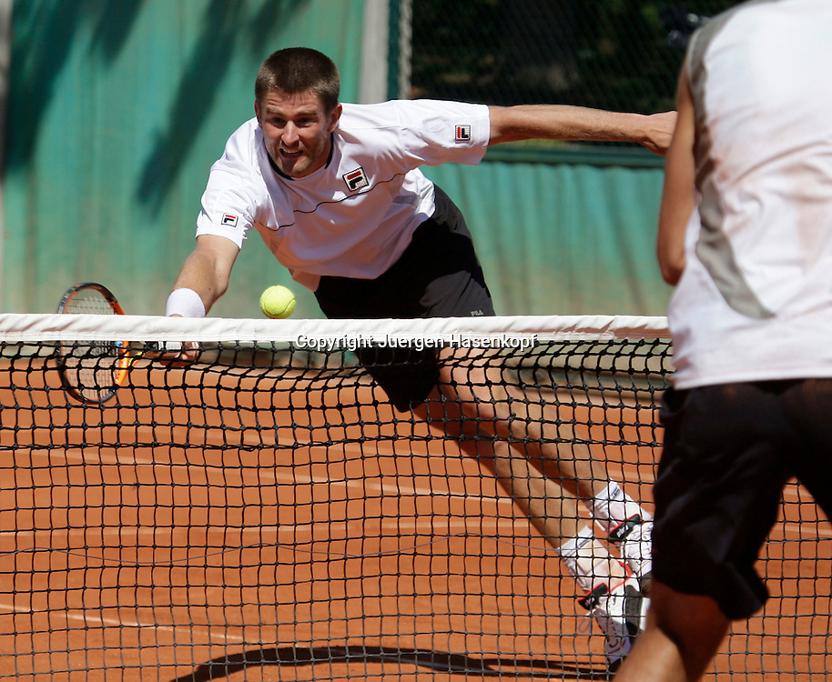 French Open 2009, Roland Garros, Paris, Frankreich,Sport, Tennis, ITF Grand Slam Tournament,  Doppel Herren, Michael Kohlmann/ Alexander Waske (GER), Kohlmann spielt Volley am Netz..Foto: Juergen Hasenkopf..