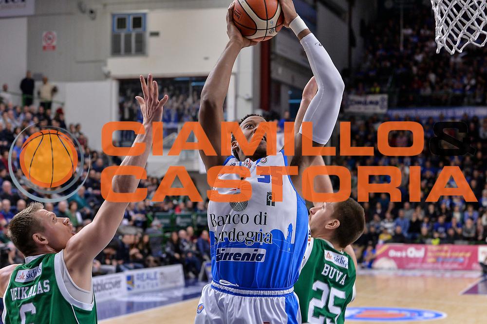 DESCRIZIONE : Beko Legabasket Serie A 2015- 2016 Dinamo Banco di Sardegna Sassari - Sidigas Scandone Avellino<br /> GIOCATORE : Kenneth Kadji<br /> CATEGORIA : Tiro Penetrazione<br /> SQUADRA : Dinamo Banco di Sardegna Sassari<br /> EVENTO : Beko Legabasket Serie A 2015-2016<br /> GARA : Dinamo Banco di Sardegna Sassari - Sidigas Scandone Avellino<br /> DATA : 28/02/2016<br /> SPORT : Pallacanestro <br /> AUTORE : Agenzia Ciamillo-Castoria/L.Canu