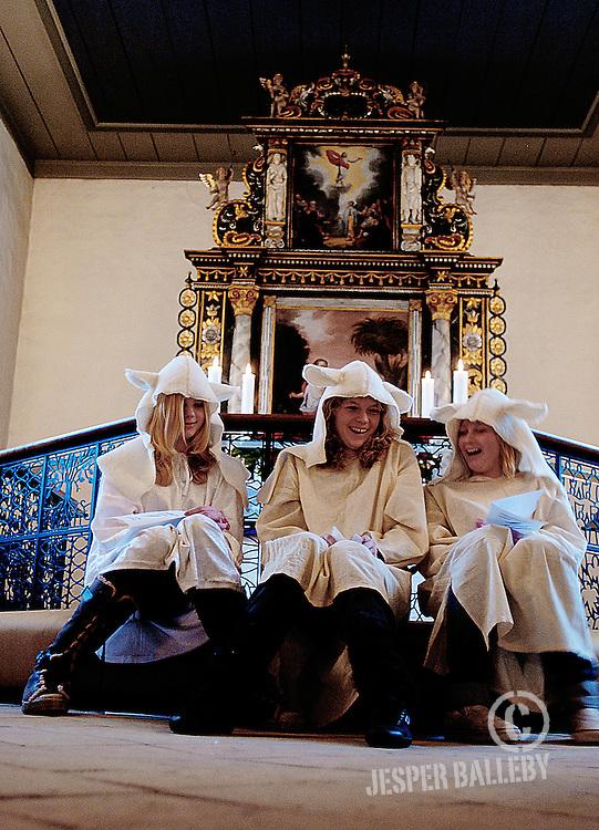 Nybøl Kirke. Konfirmander opfører krybbespil for dagplejen, der holder juleafslutning