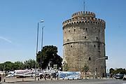 Griekenland, Thessaloniki, 11-6-2011Actievoerders hebben een tentenkamp ingericht aan de voet van de Witte Toren, het symbool van deze tweede stad van het land.Zij protesteren tegen de maatregelen van de regering om het begrotingstekort te verkleinen, en de eisen van het imf en de eu.Foto: Flip Franssen