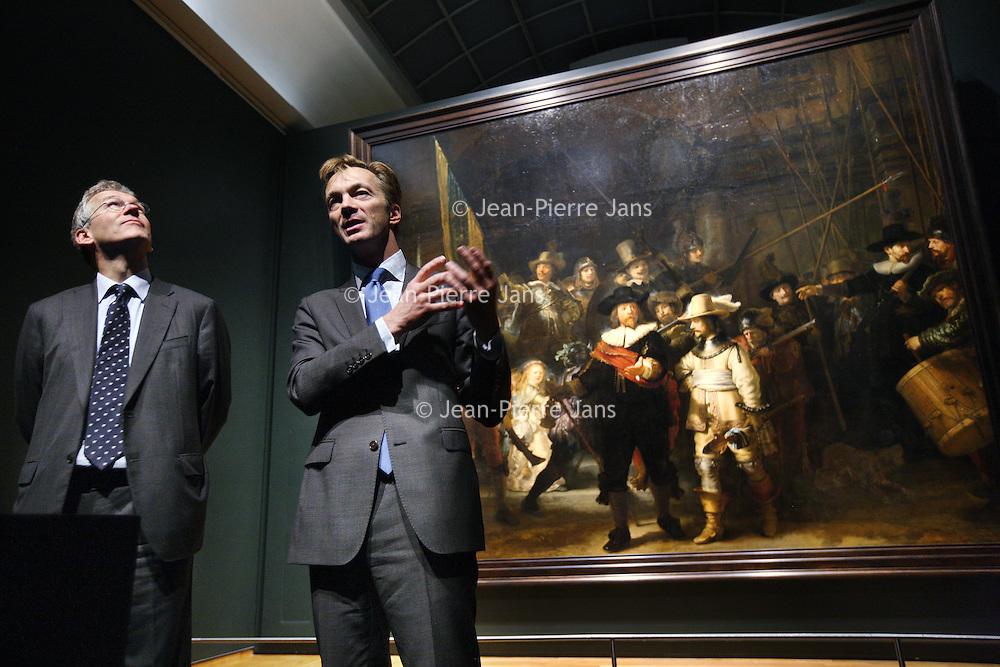 Nederland, Amsterdam , 26 oktober 2011..Ceo (en oud-marketeer) van Philips, Frans Van Houten,(links en directeur Rijksmuseum Wim Pijbes tijdens de presentatie van de LED verlichting van Rembrandt's Nachtwacht..Foto:Jean-Pierre Jans
