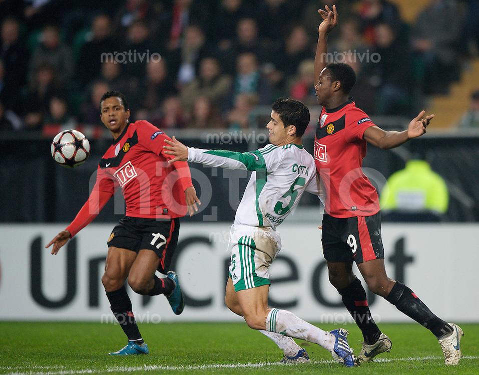 Fussball Uefa Champions League VFL Wolfsburg - Manchester United FC Ricardo COSTA (Wolfsburg, M) gegen v.l. NANI (Manchester) und Daniel WELBECK (Manchester).