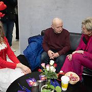 NLD/Utrecht/20200214 - Bn'ers zoeken echt contact met reizigers, Prinses Laurentien praat met reizigers