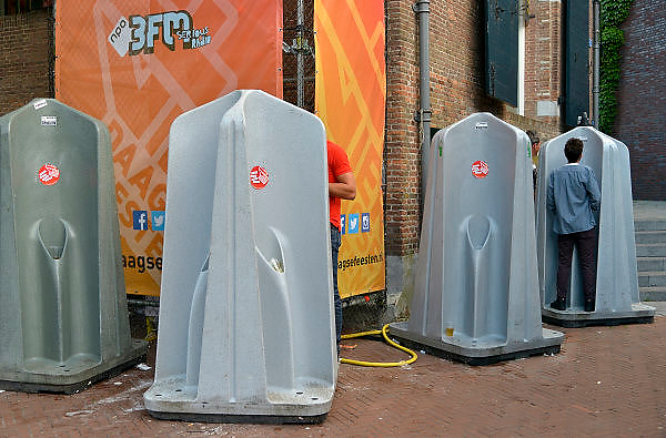 Nederland, The Netherlands, 21-7-2015Recreatie, ontspanning, cultuur, dans, theater en muziek in de binnenstad.Een van de tientallen feestlocaties in de stad. Onlosmakelijk met de vierdaagse, 4daagse, zijn in Nijmegen de vierdaagse feesten, de zomerfeesten. Talrijke podia staat een keur aan artiesten, voor elk wat wils. Een week lang elke avond komen ruim honderdduizend bezoekers naar de stad. De politie heeft inmiddels grote ervaring met het spreiden van de mensen, het zgn. crowd control. De vierdaagsefeesten zijn het grootste evenement van Nederland en verbonden met de wandelvierdaagse. Mobiele urinoirs worden dagelijks geleegd en de urine wordt gebruikt als duurzame meststof.Foto: Flip Franssen/Hollandse Hoogte