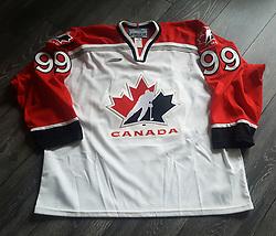 WAYNE GRETZKY 1998 NAGANO OLYMPICS TEAM CANADA JERSEY, Authentic Jersey.<br /> Wayne Gretzky lavede i alt 2857 point (894 mål og 1963 assists) i 1487 kampe i NHL og da han indstillede sin aktive karriere, var han indehaver af hele 61 forskellige NHL-rekorder.