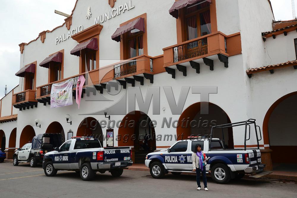 Almoloya de Juárez, Méx.- Policías de Almoloya de Juárez  se manifestaron frente a la Tesorería municipal para exigir que les paguen sueldos atrasados, uniformes, gasolina para las patrullas, entre otras cosas. Agencia MVT / Crisanta Espinosa