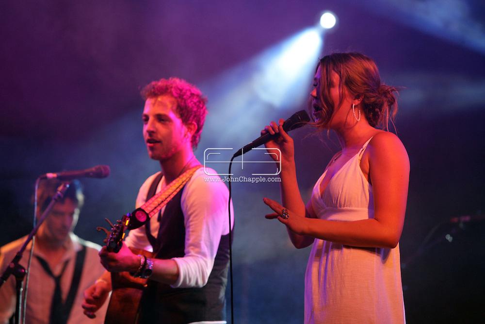 18th April 2009. Indio, California. British singers James Morrison and Joss Stone at the Coachella Music Festival..PHOTO © JOHN CHAPPLE / REBEL IMAGES.tel +1 310 570 9100    john@chapple.biz