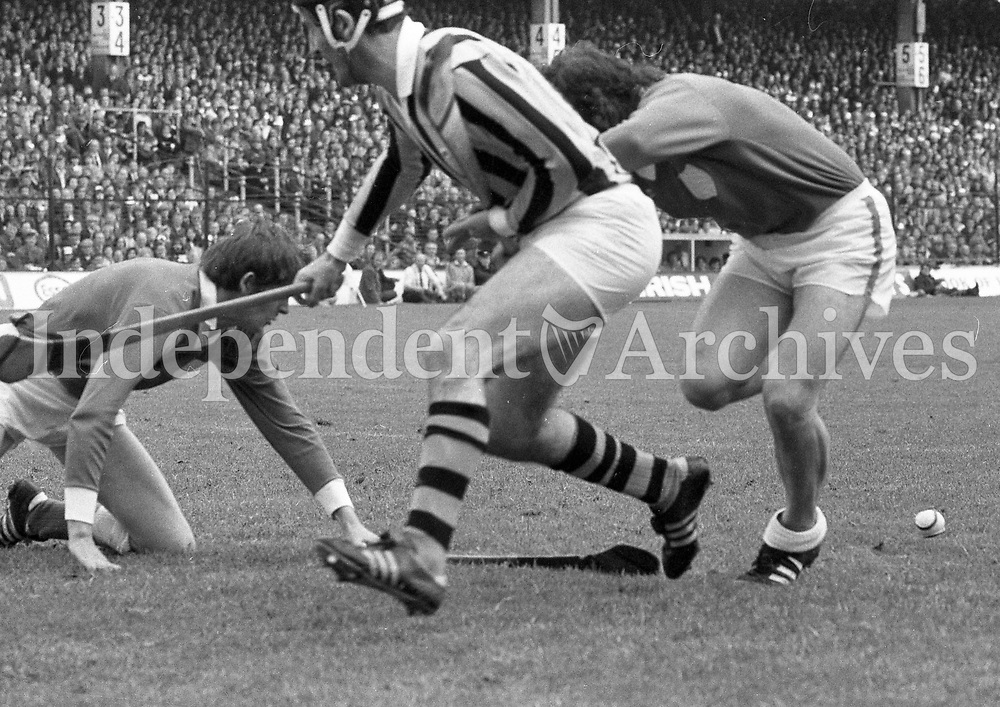 974-15<br /> Limerick goalkeeper Horgan at the feet of attacking Kilkenny forward Eddie Keher in the All-Ireland Hurling Final at Croke Park. 1/9/74<br /> Pic: Matt Walsh<br /> (Part of the Independent Newspapers Ireland/NLI collection.)