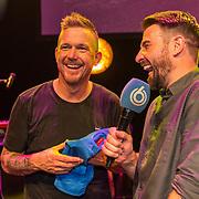 NLD/Amsterdam/20190919 - Premiere Show Johnny de Mol, Johnny de Mol krijgt een SBS rompertje voor zijn aanstaande kindje