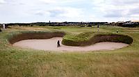 ST. ANDREWS -Schotland-GOLF. Old Course. Hole 14 met de beroemde Hell Bunker. COPYRIGHT KOEN SUYK