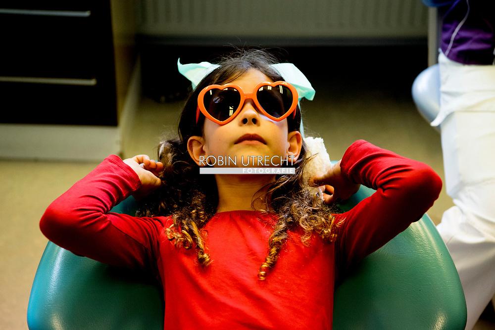 ROTTERDAM - model releashed Twee kinderen en een moeder laten hun gebit controleren tijdens een bezoek aan de tandarts, tijdens de periodieke controle. COPYRIGHT ROBIN UTRECHT