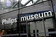 Koningin Beatrix opent Philips Museum in Eindhoven.Het Philips museum is gevestigd in de eerste gloeilampen fabriek van Philips in het centrum van Eindhoven. Hier werd in 1891 de eerste gloeilamp geproduceerd. De expositie in de grondig gerenoveerde fabriek vertelt bezoekers het verhaal van de onderneming vanaf de start tot en met toekomstige innovatieve ontwikkelingen. <br /> <br /> Queen Beatrix opens in Eindhoven.Het Philips Philips Museum museum is located in the first Philips light bulb factory in the center of Eindhoven. Here in 1891 the first bulb produced. The exhibition in the thoroughly renovated factory tells visitors the story of the company from the start to future innovative developments.