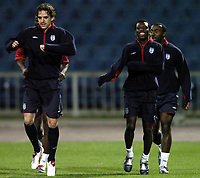 Fotball<br /> Foto: BPI/Digitalsport<br /> NORWAY ONLY<br /> <br /> 12/10/2004 England training, Tofiq Bahramov Stadium<br /> Shaun Wright Phillips, right, warms up with fellow starting hopeful Owen Hargreaves