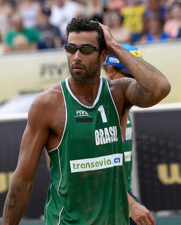 20-07-2014 NED: FIVB Grand Slam Beach Volleybal, Scheveningen<br /> Pedro Solberg Salgado (1) BRA