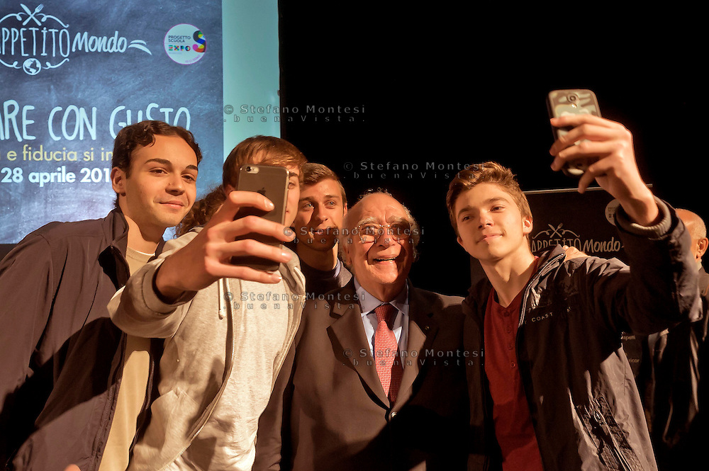 Roma 28 Aprile 2015<br /> Comunicare con Gusto<br /> Quando bont&agrave; e fiducia si incontrano<br /> Giovanni Rana, Presidente e fondatore del Pastificio Rana, si fa un selfie con alcuni studenti che hanno partecipato  all'incontro, al teatro Vascello.<br /> Rome April 28, 2015<br /> Communicate with Gusto<br /> When goodness and  assurance meet<br /> Giovanni Rana, President and founder of the Pastificio Rana,  selfie with some students who assisted with the meeting, a Vascello theater.