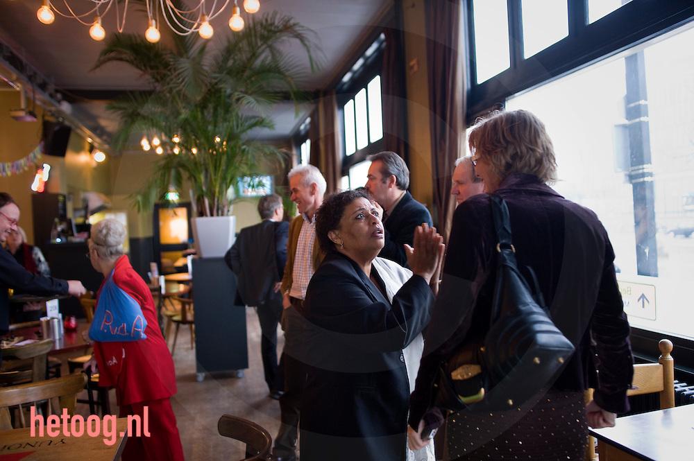 """Hanna Belliot in gesprek met Marijke van Hees voorafgaand aan het PvdA lijsttrekkersdebat voor het europeesparlement in """"Media Art Cafe Berlijn"""" in Enschede d.d. 30-11-2008..Aanwezig de vier kandidaten voor de functie van lijsttrekker: Hanna Belliot,Thijs Berman, Kris Douma en Jack Monasch..Verder aanwezig een aantal pvda-ers uit de lokale politiek en bar weinig geinteresserde burgers."""