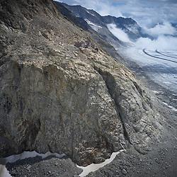 Konkordia Hütte<br /> Die Konkordiahütte liegt inmitten der Berner Alpen und ist von zahlreichen bekannten Bergen und grossen Gletscherströmen umgeben. Direkt westlich liegt der Konkordiaplatz, an dem sich der Grüneggfirn, der Jungfraufirn und der Grosse Aletschfirn zum Grossen Aletschgletscher vereinigen. Südöstlich liegt das Gross Wannenhorn, östlich das Fiescher Gabelhorn (3876 m ü. M.), nordöstlich befindet sich mit dem Finsteraarhorn der höchste Gipfel der Berner Alpen. Nördlich schliessen sich die Viertausender Grünhorn, Hinter und Gross Fiescherhorn an. Nordwestlich folgen der Mönch und die Jungfrau. Westlich über dem Konkordiaplatz liegen die Beinaheviertausender Gletscherhorn (3983 m ü. M.) und Äbeni Flue (3962 m ü. M.). Im Südwesten liegt das vergletscherte Aletschhorn. Nach Süden fliesst mit dem Aletschgletscher, der grösste Gletscher der Alpen, in Richtung Rhonetal.