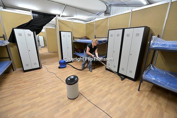Nederland, the Netherlands, Nijmegen, 2-10-2015 Eerste vluchtelingen arriveren op kamp, tentenkamp Heumensoord, de tijdelijke noodopvang, azc, van het COA. Vandaag komen er 300, later dit weekend wordt het tot 800 aangevuld. In totaal komt er plaats voor 3000 asielzoekers. Zij werden vooral welkom geheten door jongeren.FOTO: FLIP FRANSSEN/ HH