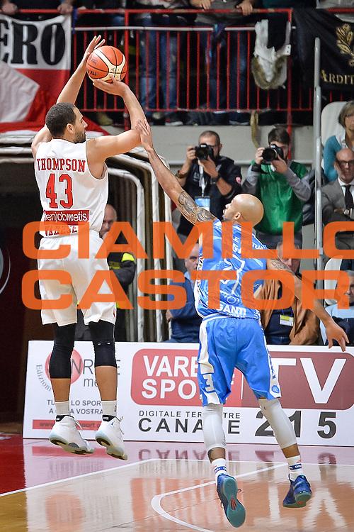 DESCRIZIONE : Varese Lega A 2015-16 Openjobmetis Varese Dinamo Banco di Sardegna Sassari<br /> GIOCATORE : Mychel Thompson<br /> CATEGORIA : Tiro Contorcampo<br /> SQUADRA : Openjobmetis Varese<br /> EVENTO : Campionato Lega A 2015-2016<br /> GARA : Openjobmetis Varese - Dinamo Banco di Sardegna Sassari<br /> DATA : 27/10/2015<br /> SPORT : Pallacanestro<br /> AUTORE : Agenzia Ciamillo-Castoria/M.Ozbot<br /> Galleria : Lega Basket A 2015-2016 <br /> Fotonotizia: Varese Lega A 2015-16 Openjobmetis Varese - Dinamo Banco di Sardegna Sassari