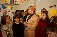 16 NOV 1999, BERLIN/GERMANY:<br /> Christine Bergmann, SPD, Bundesfamilienministerin, mit Schülern, während eines Besuchs einer Grundschule anläßlich des 10. Jahrestages der UN-Kinderrechtskonventionen, Grundschule Berlin-Mitte, Ruppiner Str. 48/49<br /> Christine Bergmann, SPD, Fed. Minister for Family, Old People, Women and Youth, with pupils, during the visitation of a school, in cause of the 10th anniversary of the UN Childrens Rights Convention <br /> IMAGE: 19991116-02/01-25<br /> KEYWORDS: Kind, Child