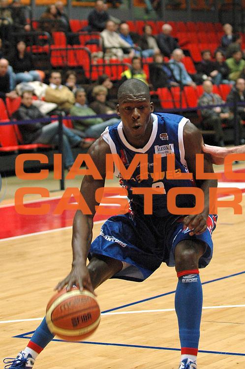 DESCRIZIONE : Livorno Lega A2 2008-09 Livorno Basket Fastweb Casale Monferrato<br /> GIOCATORE : George Nicholas James<br /> SQUADRA : Fastweb Casale Monferrato<br /> EVENTO : Campionato Lega A2 2008-2009<br /> GARA : Livorno Basket Fastweb Casale Monferrato<br /> DATA : 05/02/2009<br /> CATEGORIA : Palleggio<br /> SPORT : Pallacanestro<br /> AUTORE : Agenzia Ciamillo-Castoria/Stefano D'Errico