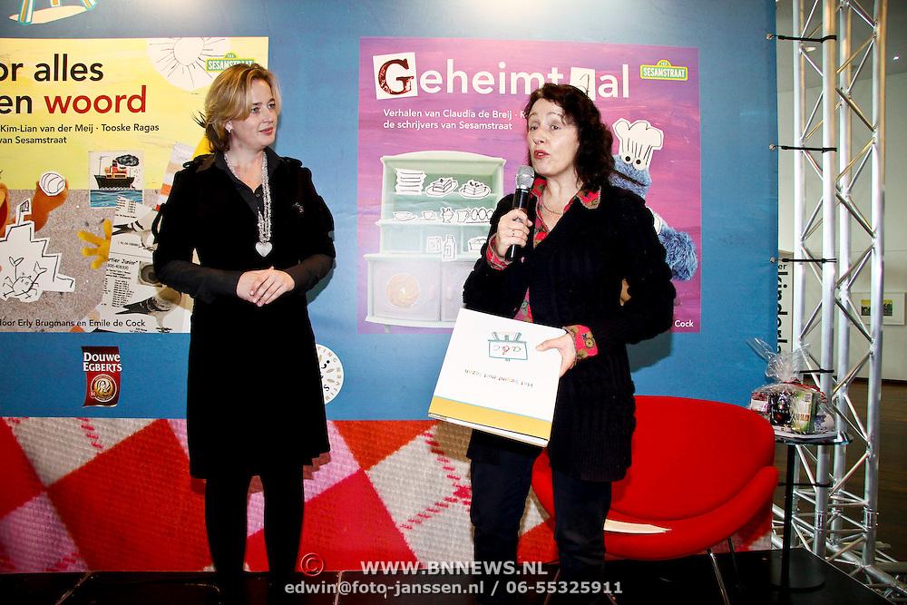 """NLD/Amsterdam/20100301 - Presentatie startpakket """"Het begint met Lezen"""" , Directeur St. Lezen & Schrijven Margriet de Vries overhandigt boek"""