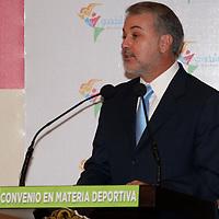 Toluca, México.- Emilio González Márquez, gobernador de Jalisco, durante la firma de convenio en materia deportiva entre el Estado de México y Jalisco. Agencia MVT / Arturo Rosales Chávez. (DIGITAL)