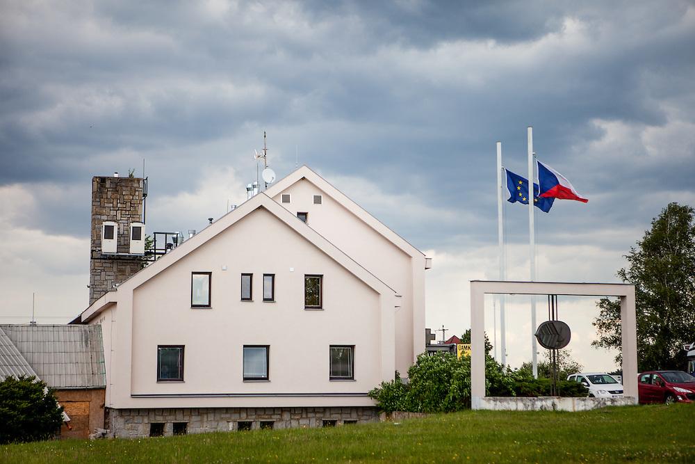 Die ehemaligen Grenzstation in Dolni Dvoriste - von 1955 bis 1989 lag der Ort am Eisernen Vorhang. Heutzutage ist die Zahnklinik von MUDr. Vaclav Bruna in dem Gebäude.