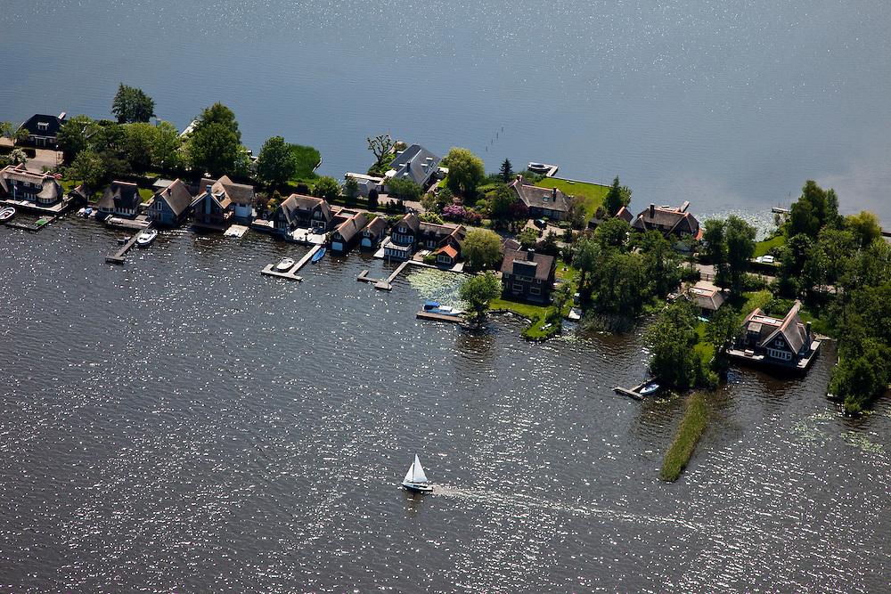 Nederland, Noord-Holland, Gemeente Wijdemeren, 25-05-2010; Breukeleveen, Breukeleveensche of Stille Plas. Villa's en zeilboot. .luchtfoto (toeslag), aerial photo (additional fee required).foto/photo Siebe Swart