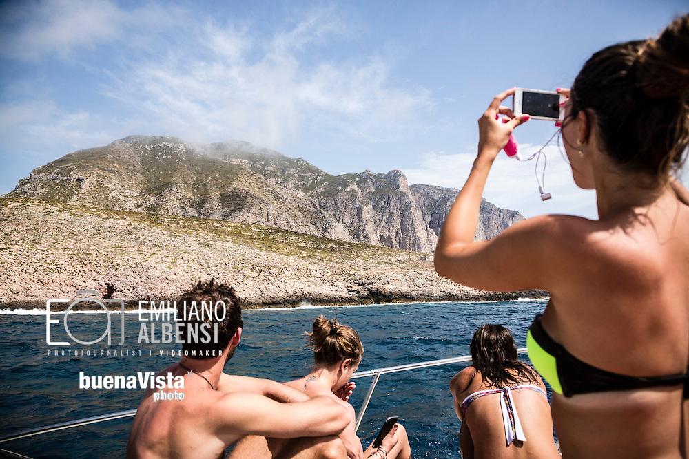 Marettimo, Sicilia, Italia, 2016<br /> Touristi fanno il bagno e visitano le famose cale e Dolomiti sul mare di Marettimo.<br /> <br /> Marettimo, Sicily, Italy, 2016<br /> Tourists bathing and visiting the famous caves and 'Dolomites of the sea' of Marettimo.