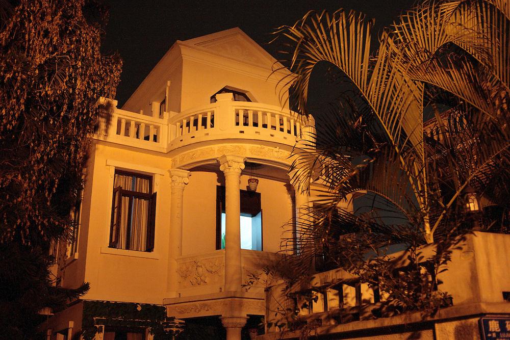 Une ancienne demeure coloniale aujourd'hui restaurée et habitée, éclaire la nuit étonnante au détour d'une ruelle.