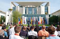 20 SEP 2003, BERLIN/GERMANY:<br /> Jacques Chirac (L), Praesident Frankreich, Gerhard Schroeder (M), SPD, Bundeskanzler, und  Tony Blair (R), Premierminister Gross Britannien, waehrend einer Pressekonferenz zum Ergebnis eines vorangegangenen  Gipfelgespraechs, Garten, Bundeskanzleramt <br /> IMAGE: 20030920-01-071<br /> KEYWORDS: Gerhard Schröder, Gipfel, summit, Journalist, Journalisten
