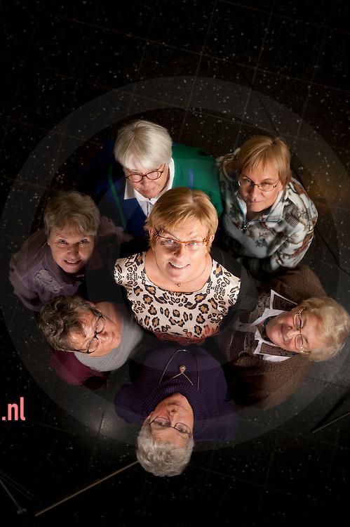 nederland, zwolle, 12nov2012 Winnares Overijsselse Vrijwilligers prijs  2012 (OVP) Margien Wessels Boer-Pol  (midden) tesamen met andere leden van het Provinciaal Bestuur Vrouwen van Nu Overijssel en de training en adviesgroep.