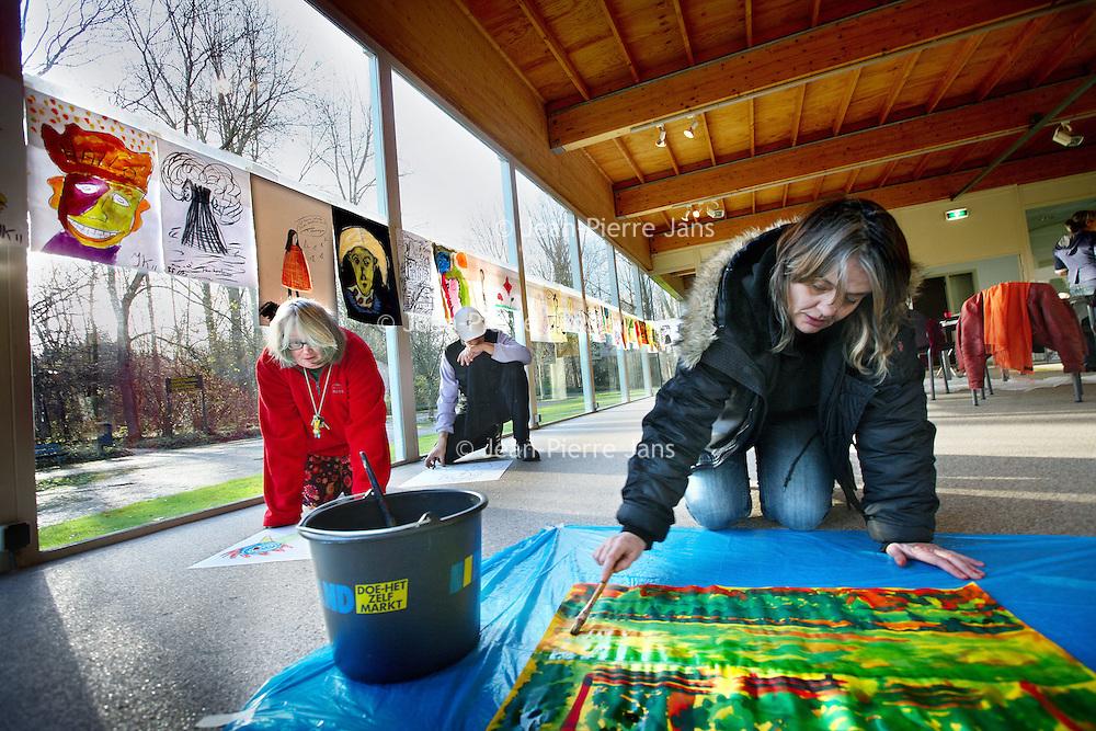 Nederland, Amsterdam , 6 december 2011..Kunstproject in het glazen huis in Amstelpark voor clienten van GGZinGeest..an 2 t/m 9 december 2011 werken cliënten van de Walborg onder leiding van beeldend kunstenaar Corine Bonsma aan een kunstproject. Het programma bestaat uit twee workshops op 2 en 6 december en een publieke presentatie op 9 december 2011. De workshops en de presentatie vinden plaats in het Glazen Huis in het Amstelpark. De beste tijd om te fotograferenis 6 december tussen 10.00- 13.00 uur. Dan is de workshop gaande enkrijgt de expositie langzaam maar zeker vorm...Foto:Jean-Pierre Jans