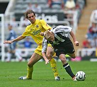 Photo: Andrew Unwin.<br /> Newcastle United v Villarreal. Pre Season Friendly. 05/08/2006.<br /> Newcastle's Damien Duff (R) looks to go past Villarreal's Leandro Samoza (L).