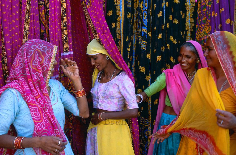 Inde. Rajasthan. Usine de sari. // India. Rajasthan. Sari factory