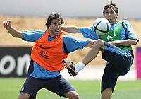Fotball<br /> EURO 2004<br /> Portugal<br /> 12.06.2004<br /> Foto: Witters/Digitalsport<br /> NORWAY ONLY<br /> <br /> Nederland i trening<br /> <br /> v.l. Ruud Van Nistelrooy - Phillip Cocu