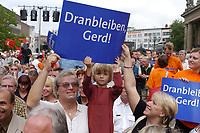 """05 AUG 2002, HANNOVER/GERMANY:<br /> Kleines Maedchen und Eltern mit Plakat """"Dranbleiben, Gerd!"""", vor Beginn der SPD Kundgebung zum Wahlkampfauftakt, Opernplatz<br /> IMAGE: 20020805-01-017<br /> KEYWORDS: Kind, child, Wahlkampfplakat, Sozialdemokraten, Mädchen"""