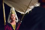 Nederland, Nijmegen, 30-8-2014Gebroeders van Limburg festival in het valkhof, valkhofpark. In de late Middeleeuwen was Nijmegen met de Valkhofburcht de belangrijkste stad in hertogdom Gelre. De drie rond 1380 in Nijmegen geboren gebroeders van Limburg waren beroemde tekenaars en kopiisten die vooral aan het franse hof furore maakten. Met het Gebroeders van Limburgfestival eert de stad hen. Het festival is geinspireerd op de miniaturen die zij maakten, waarbij figuranten het dagelijks leven naspelen. In de avond was er middeleeuws eten, en muziek met fluit, trommel en fagot. jonkvrouwe,jonkvrouw,edele,adel,vrouwFoto: Flip Franssen/Hollandse Hoogte