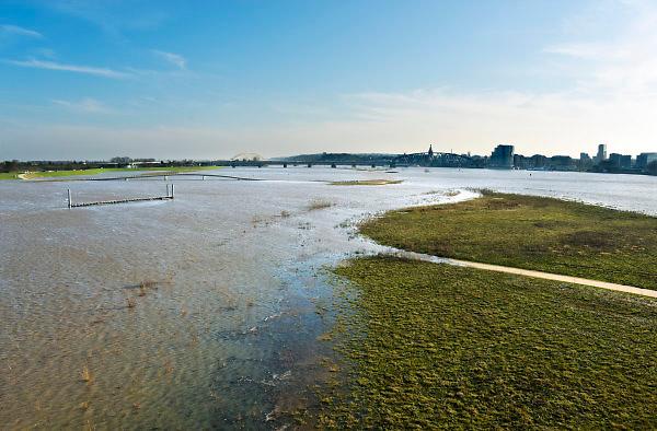 Nederland, Nijmegen, The Netherlands, 8-1-2018 Nijmegen maakt zich op voor hoogwater. Het stijgende water van de Rijn, Waal, is morgenavond op het hoogste peil. De Nevengeul, aangelegd om het water beter langs Nijmegen af te voeren, is helemaal volgelopen en vormt nu een geheel met de Waal. Veur Lent is nu echt een eiland. Foto: Flip Franssen