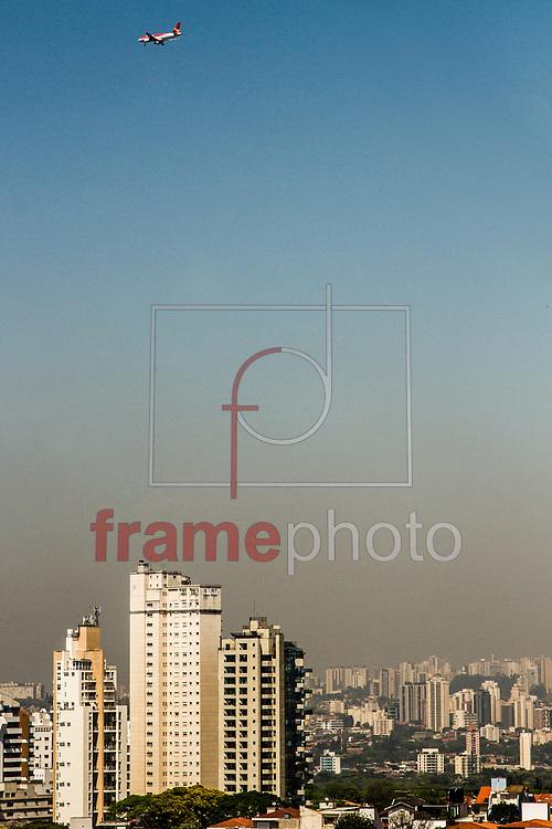 São Paulo, SP – 20/09/2015 – Com temperaturas que podem chegar até 33 graus nesta segunda-feira, zona oeste de São Paulo tem manhã quente e camada de poluição é visível no horizonte. Foto: CARLA CARNIEL/FRAME