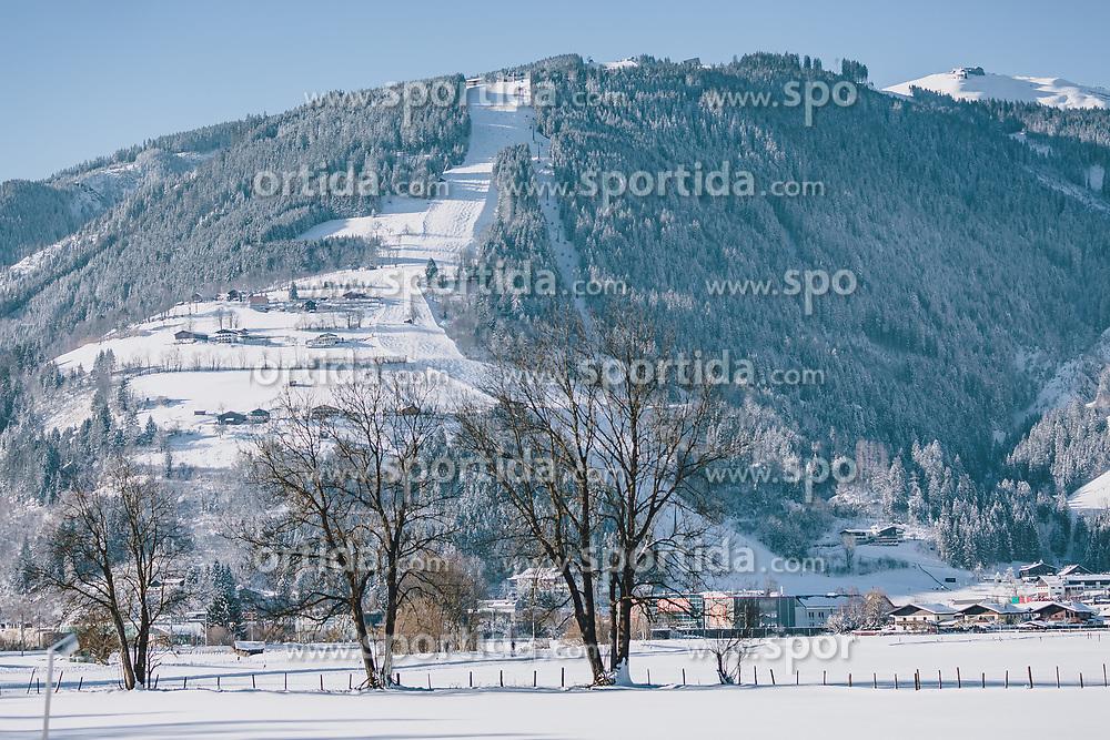THEMENBILD - die Areit, mit den Liftanlagen und den Skipisten. Dahinter ragt die winterliche Schmittenhöhe im Sonnenlicht hervor, aufgenommen am 06. Februar 2020 in Zell am See, Oesterreich // the Areit, with the lifts and the ski slopes. Behind it, the wintry Schmittenhöhe rises up in the sunlight, in Zell am See, Austria on 2020/02/06. EXPA Pictures © 2020, PhotoCredit: EXPA/Stefanie Oberhauser