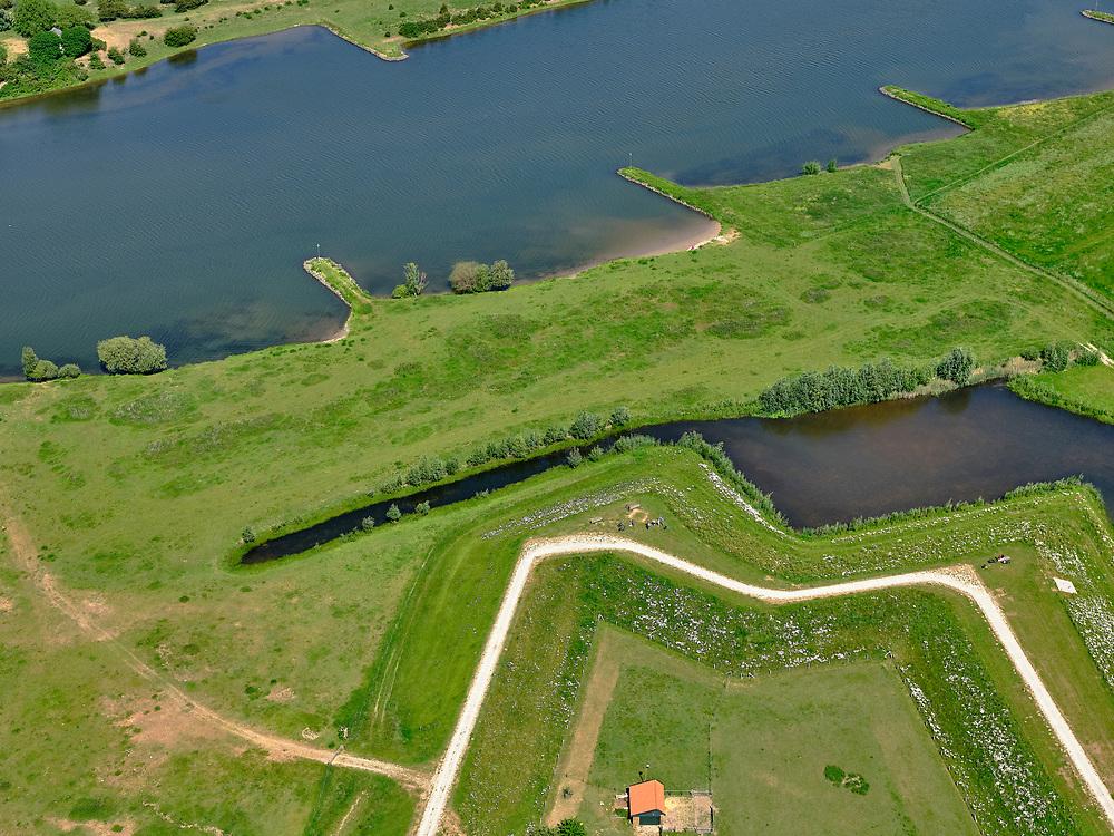 Nederland, Gelderland, Opheusden; 27-05-2020; splitsing Marsdijk en Rijnbandijk, tussen Kesteren en Opheusden met historisch verdedigingswerk Werk aan de Spees, onderdeel van de Betuwestelling. Zicht op de Grebbeberg (aan de overzijde van de Nederrijn). Het buitendijkse deel van het Hoornwerk is deels hersteld, de gracht is weer zichtbaar.<br /> Between Kesteren and Opheusden, historical defenses Werk aan de Spees, part of the Betuwestelling. View on the Grebbeberg (on the other side of the Lower Rhine). The outer dike part of the Hoornwerk has been partly restored, the canal is visible again.<br /> <br /> luchtfoto (toeslag op standaard tarieven);<br /> aerial photo (additional fee required)<br /> copyright © 2020 foto/photo Siebe Swart