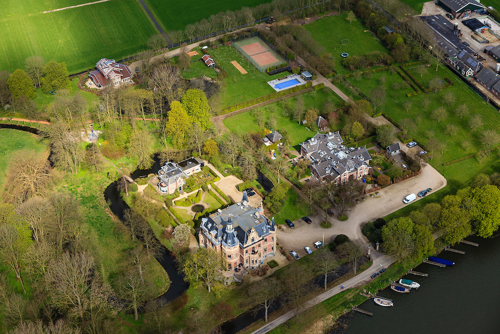 Nederland, Noord-Holland, Nigtevecht, 16-04-2012; Zwaanswyck (Zwaanswijyck) aan riviertje de Vecht, landhuis met appartementen complex (Jort Kelder), koetshuis rechts (Wendy van Dijk).A renovated estate changed into an apartment building, housing several well known Dutch..luchtfoto (toeslag), aerial photo (additional fee required);.copyright foto/photo Siebe Swart