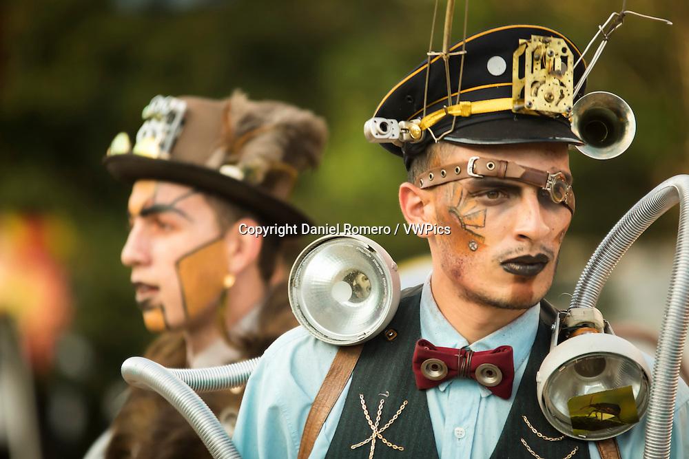 steampunk costume. Street theater. Ciudad Teatro. Mundo Aventura Park.